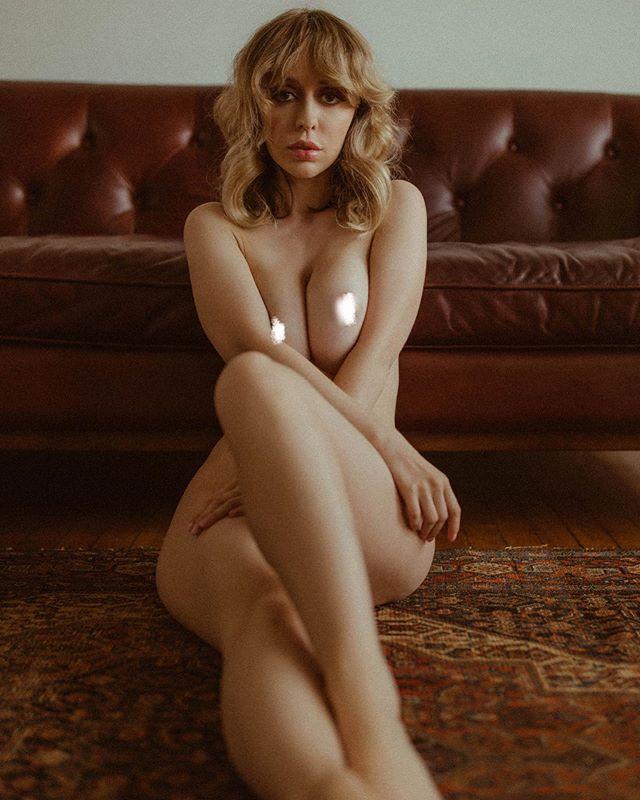 【多圖】巨乳淫蕩《Christine Bridgette》飽滿乳尖透出奶香,誘人想大吸一口!