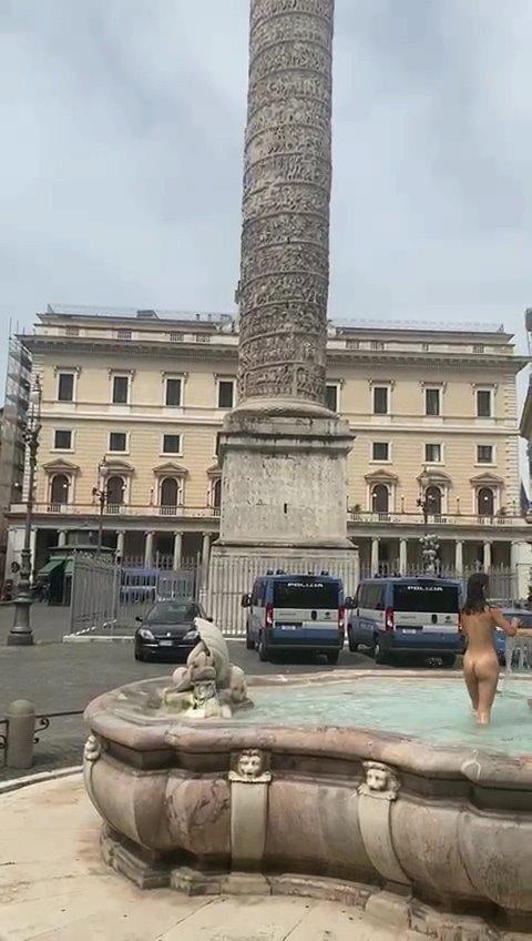 【影片】路人圍觀她更嗨!《義大利羅馬噴水池正妹裸泳》本斥但大就不罰了?