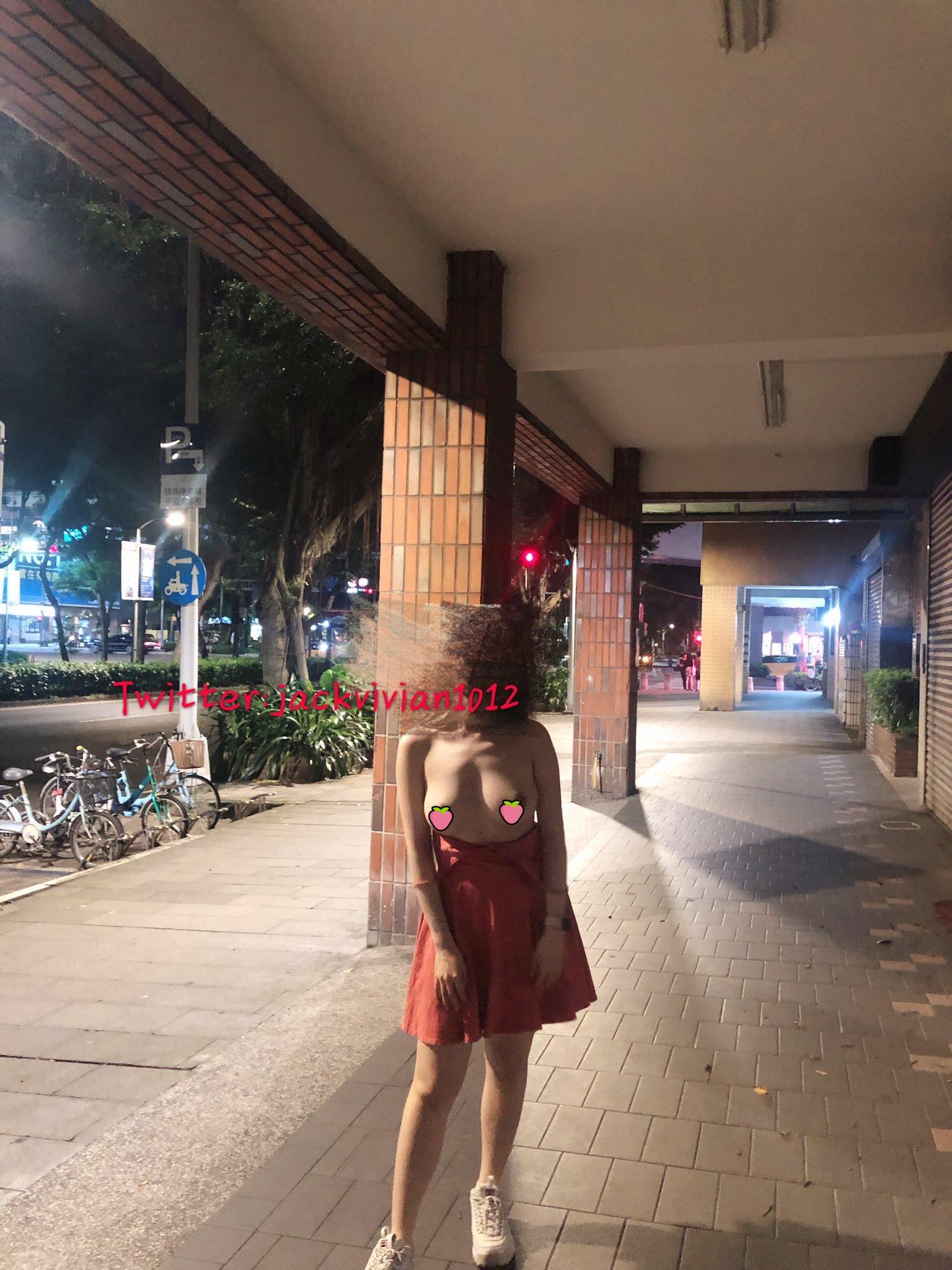 【素人】D奶暴露人妻《Vivian 愛露出》越被注視越羞恥!又多一個下雨天去好市多的理由...