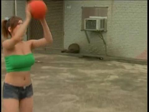 【影片】G奶女神《熊熊》出道前「3點全露」,熊熊打籃球毛片流出!