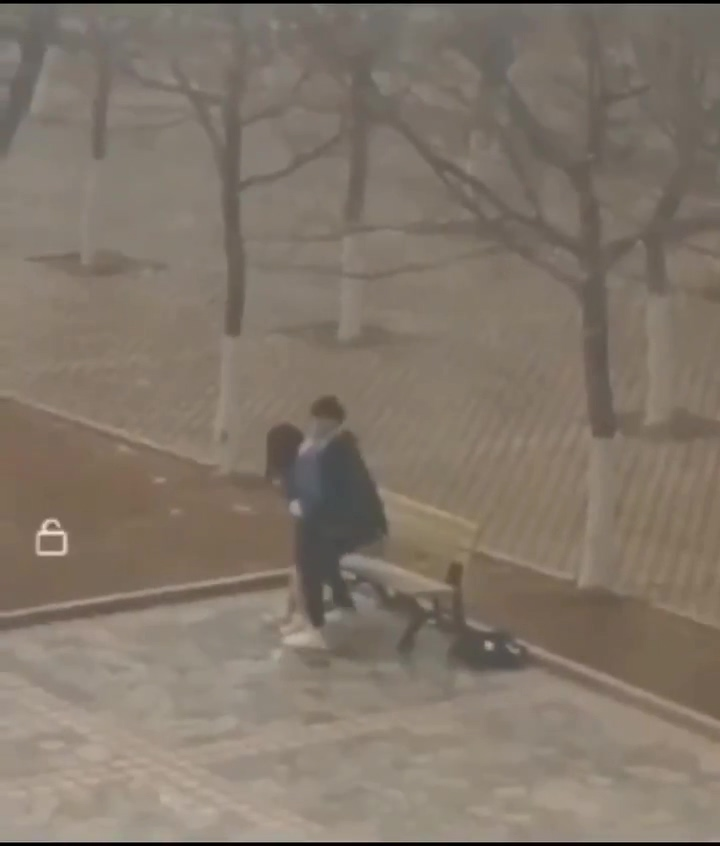 【影片】中國棗莊學院墨子樓《小情侶公然野戰流出》爆紅網紅椅瘋傳:轉發必脫單!
