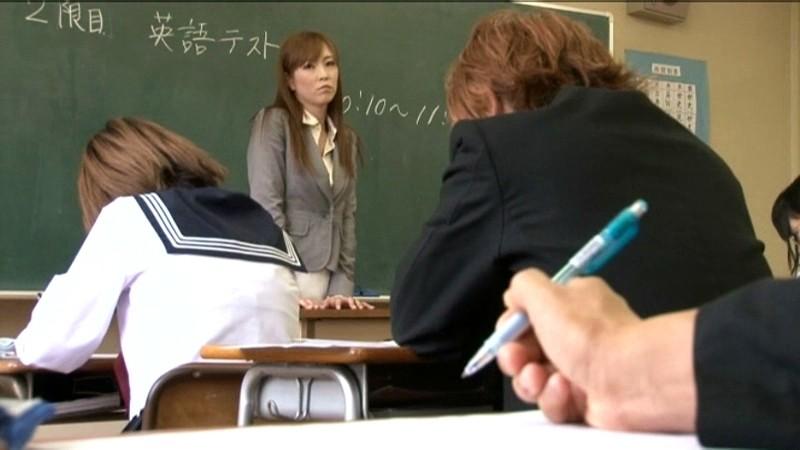 【影片】小學老師上課「下體塞小怪獸」當全班面偷偷自慰!網:我要回去補課!