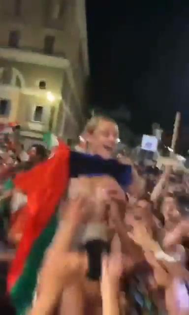 【上車】贏球送奶球!《義大利女球迷露奶狂歡》下秒慘遭群男「狼爪猛掐」!