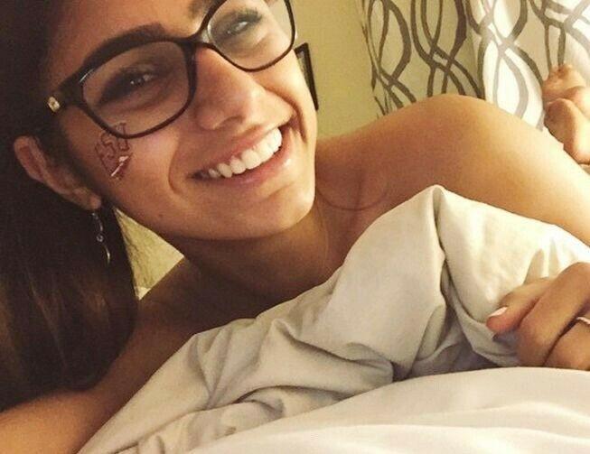 世界第一女優《Mia Khalifa》為黎巴嫩募款拍賣「原味眼鏡」,24小時飆破300萬!