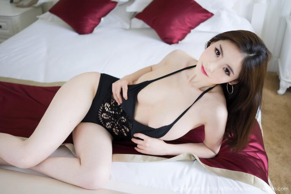 【上車】中國辣模《Jenny佳妮》解放胸前雪乳「粉嫩乳首」讓人無法忽視!
