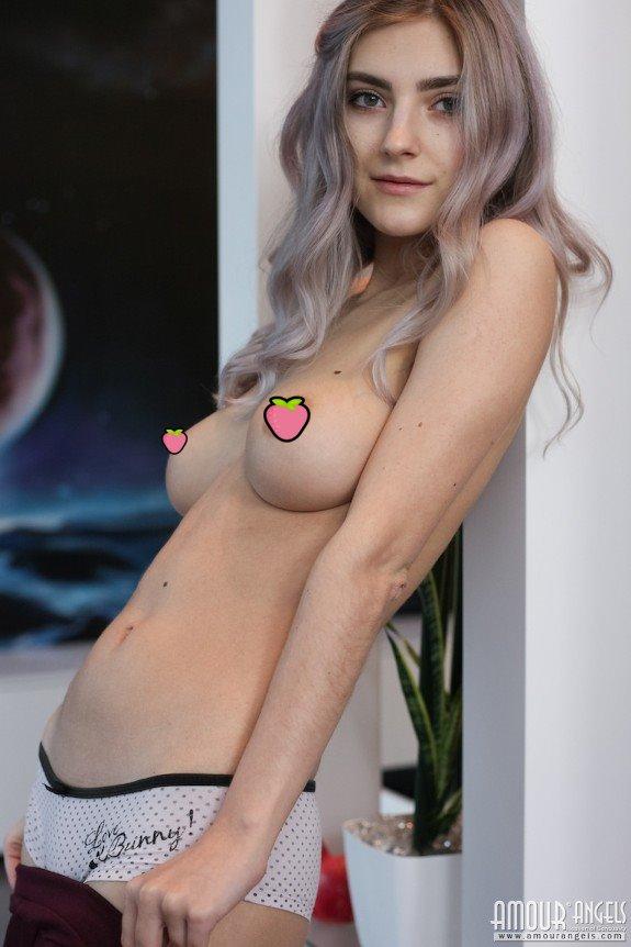 【影片】19歲Pornhuber《Eva Elfie》自拍謎片!大葛格的小底迪就是妹妹的玩具!