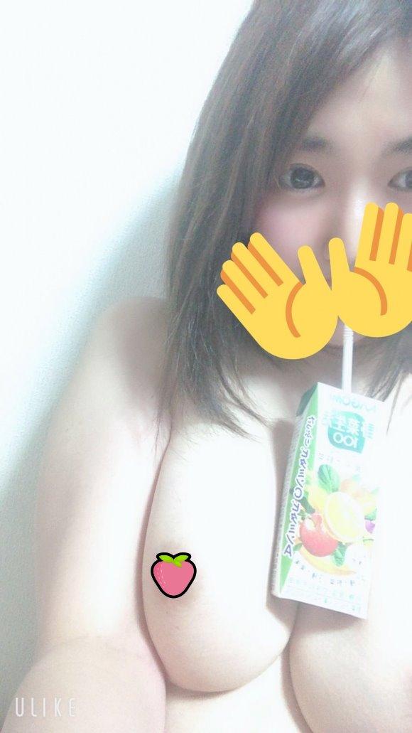 【圖+影】淫蕩反差!22歲可愛素人自拍「巨乳挑戰放手喝」下一秒直摳海鮮!
