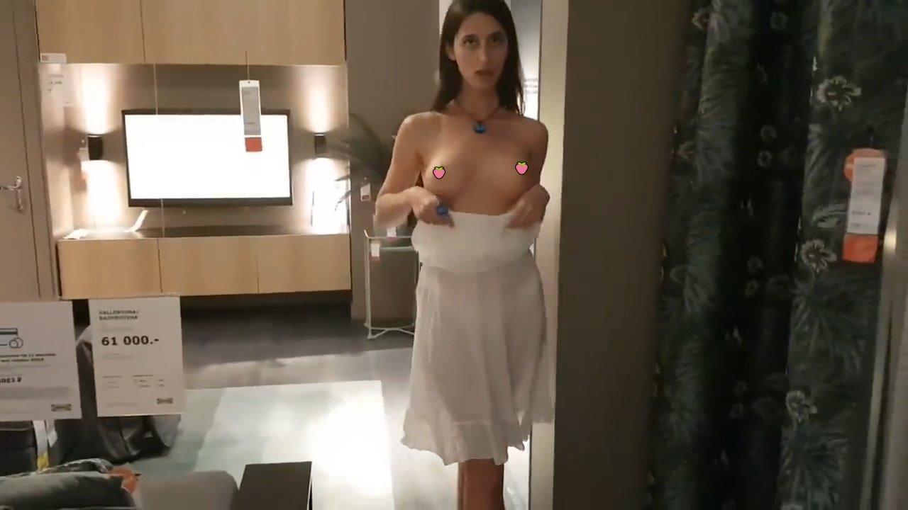 【影片】黑髮洋妞IKEA裸拍「露奶撩陰」!網:我當經理雇用她!