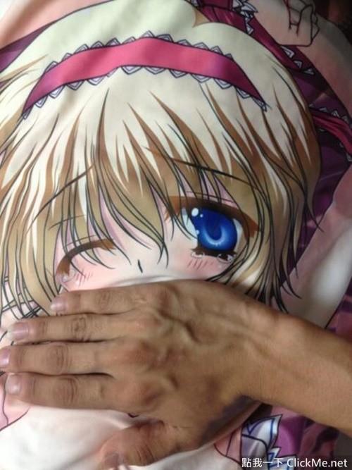 日本宅宅的變態新玩法,利用封箱膠帶和人型抱枕玩監禁PLAY吧!