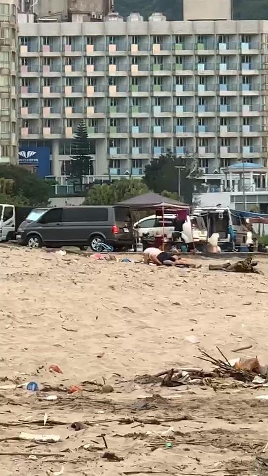 【影片】新北萬里海灘「露天活春宮」裸女下海洗鮑魚!網喊:又是她?