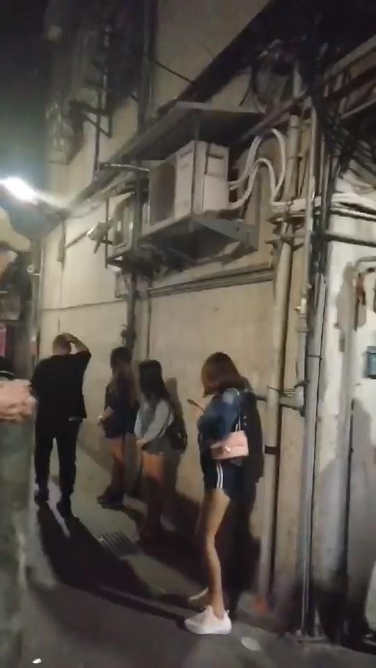 【影片】台北龍山寺「暗巷選妃」正妹排排站等配對!老司機怒:賣洗衣機大驚小怪!