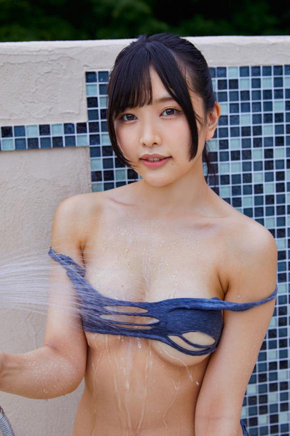 【有片】巨乳美尻法學生《橋本ひかり》,直播節目意外露白奶嫩頭讓網友好性奮!