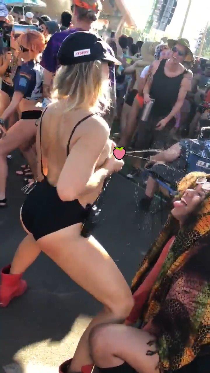 【影片】辣媽電音趴「扯衣噴乳汁」,路人秒跪張口接奶喝!