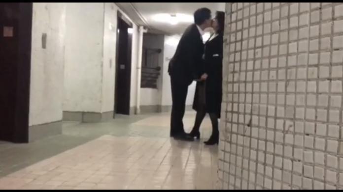 【影片】香港房仲「樓梯間餵食芝士腸」瘋傳,疑似女方老公「抓姦偷拍」流出!
