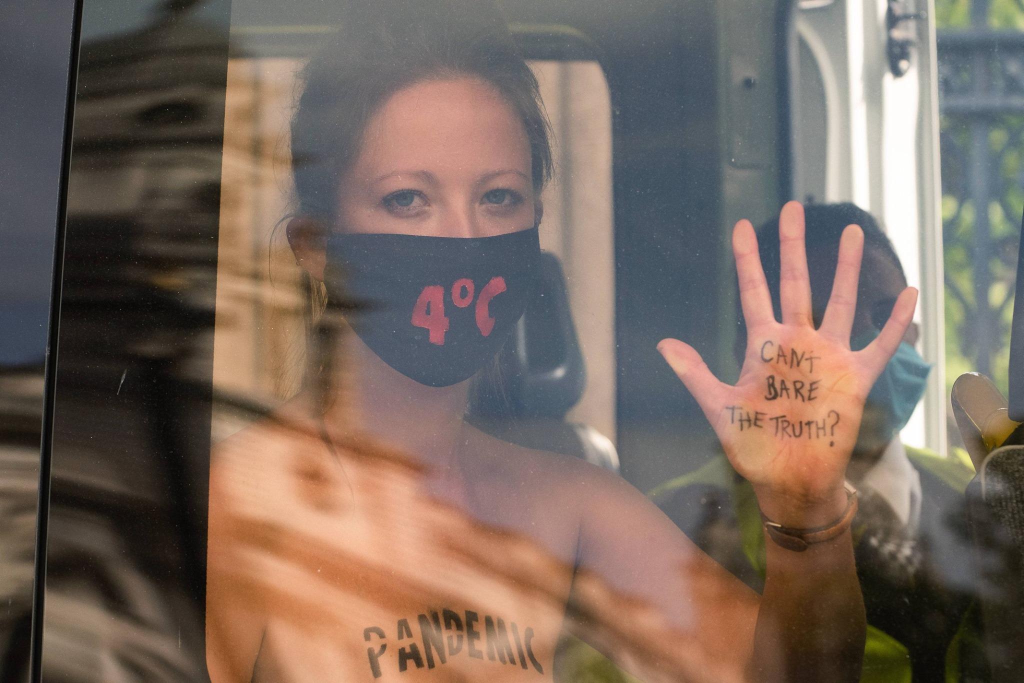 【上車】英國30女「露奶挺環保」抗議不成遭男警架走!