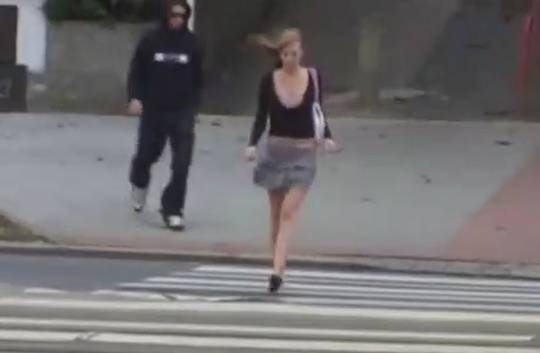 【影片】國外屁孩手賤惡作劇!街上正妹遭扯奶「點點跑出來」無碼曝光!