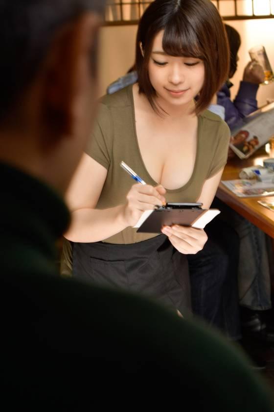 【素人】20歲居酒屋打工妹爆乳露屁蛋!光頭哥約她還找「AV長瀨智也」一起3P!