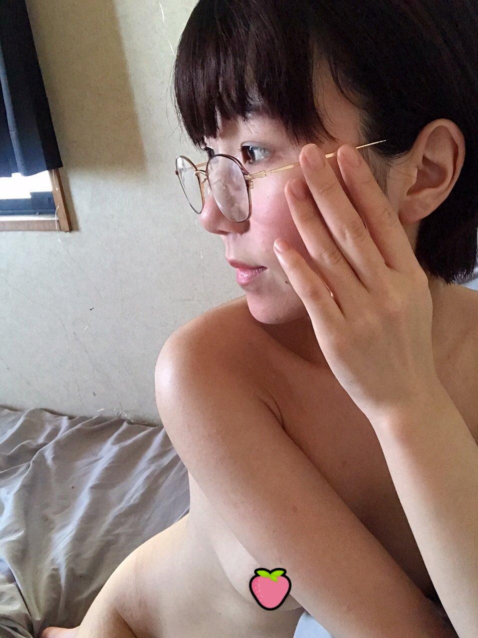 【圖 + 影】20歲樸素眼鏡妹「貧乳白虎」百張露臉自拍,原來乖乖牌都很壞!