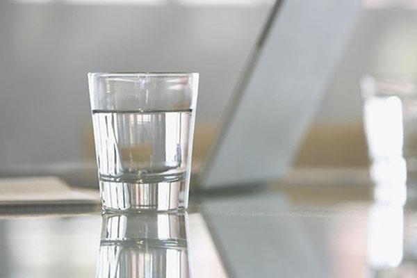 還在早上一杯涼白開?會影響男性勃起!