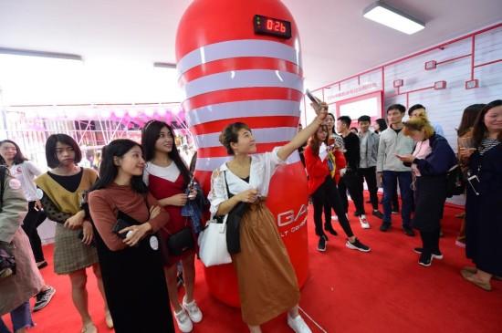 某男性飛機杯上海鬧市開設體驗館!引來大量人群圍觀!
