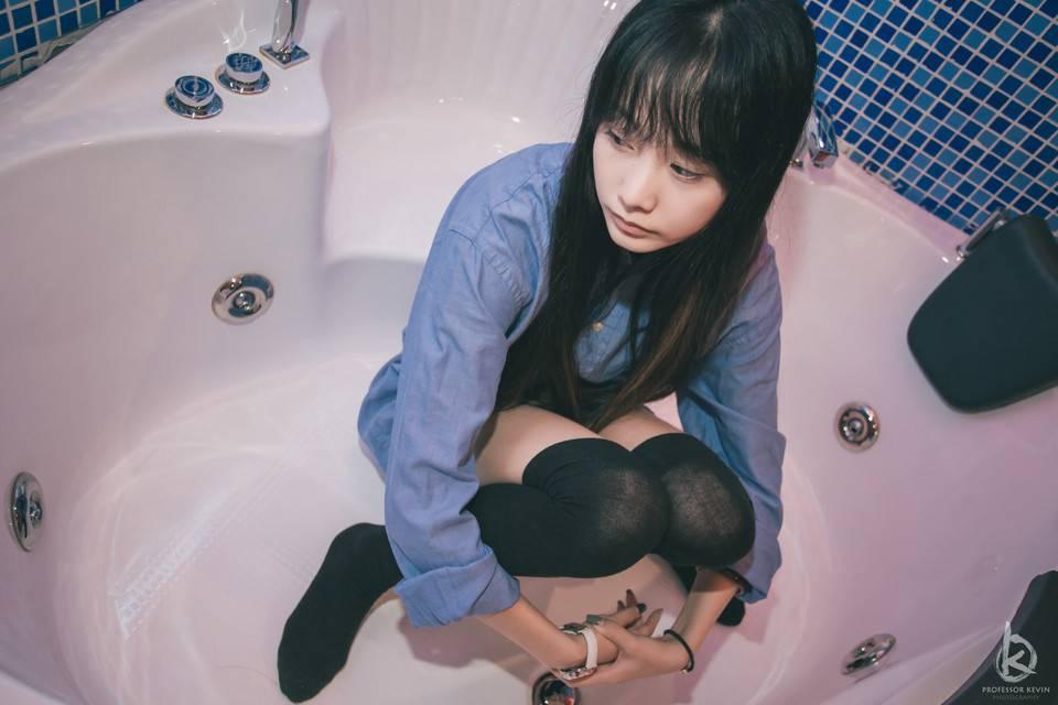 [套圖]黑絲絕對領域少女 浴缸裡的致命誘惑!