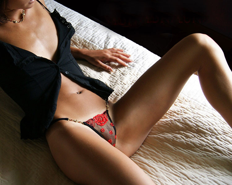 隻有這優雅的蕾絲丁字褲內褲,才配的上那抹禁地的撩人誘惑